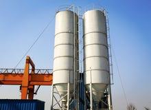 Silo di cemento industriale nella fabbrica del cemento, carro armato del cemento, torre di stoccaggio del cemento Fotografia Stock Libera da Diritti