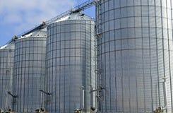 Silo di grano d'acciaio sull'azienda agricola nella regolazione rurale Fotografia Stock