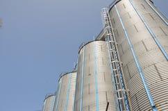Silo mit blauem Himmel lizenzfreie stockfotografie