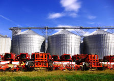 Silo's en landbouwmachines Stock Foto