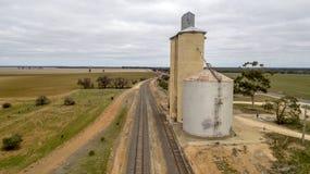 Silo's over spoorlijn 01 royalty-vrije stock afbeelding