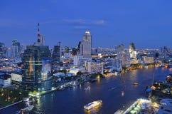 Silom、Sathorn和昭拍耶河在夜之前在曼谷 库存图片