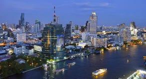 Silom、Sathorn和昭拍耶河在夜之前在曼谷 库存照片