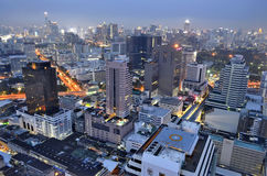 Silom和泰国的夜视图从上面在曼谷 免版税库存照片