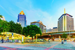 Silom财政区旅馆和Silom statio晚上视图  免版税库存照片