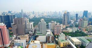 Silom byggnader och Lumphini parkerar i Bangkok Arkivbilder