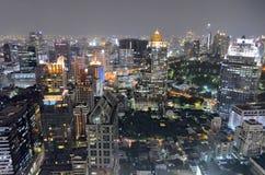 Silom byggnader runt om Lumphini parkerar vid natt i Bangkok Royaltyfri Fotografi