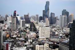 Silom-Gebäude in Bangkok mit Mahanakhon-Turm stockbild