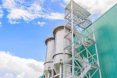 Silor i stora partier för rostfritt stålbehållare i fabrik Arkivbilder