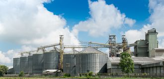 Silos agrícolas para o armazenamento e a secagem da grão Imagem de Stock