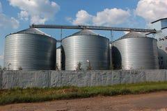 Silos agrícolas contra fondo del cielo azul Imágenes de archivo libres de regalías