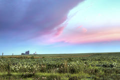Silos bei Sonnenaufgang Lizenzfreie Stockfotos