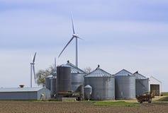 Silos com moinho de vento Imagem de Stock
