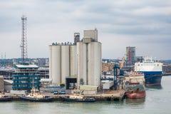 Silos concrets dans le port industriel Photos libres de droits