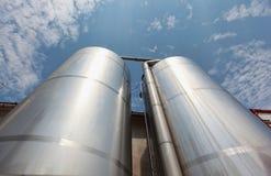 Silos d'argento - infrastruttura industriale Immagine Stock