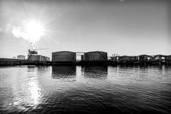 Silos d'huile dans un port industriel image libre de droits