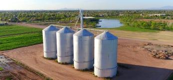 4 silos da un campo - punto di vista aereo Fotografia Stock