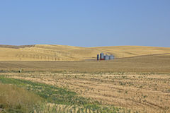 Silos de grão em Autumn Fields colhido imagens de stock royalty free