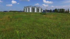Silos de grão na antena da grama verde filme