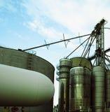 Silos de grain contre le ciel Image libre de droits