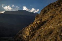 Silos de grano antiguos del inca en la puesta del sol en Ollantaytambo Fotos de archivo libres de regalías