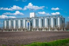 Silos de grano de plata con el cielo azul Fotografía de archivo