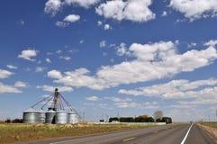 Silos de grano por el camino cerca de Colfax Fotografía de archivo libre de regalías