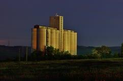 Silos de grano por noche Foto de archivo