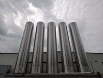 Silos de plata - tiro horizontal Imagenes de archivo