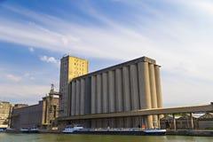 Silos de stockage dans le port d'Anvers images stock