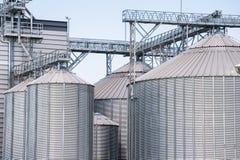 Silos del almacenamiento para los productos agrícolas (del cereal) Foto de archivo libre de regalías