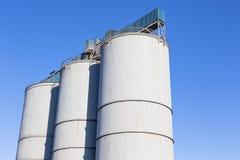 Silos del cereale di agricoltura blu Fotografie Stock