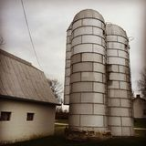 Silos del metal en una granja del trigo Imágenes de archivo libres de regalías