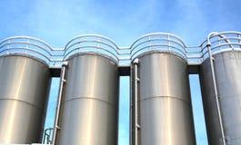 Silos dell'acciaio inossidabile nell'industria chimica immagine stock libera da diritti