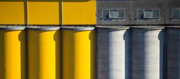 Silos di cemento colorato Immagine Stock