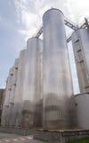 Silos di elaborazione e di stoccaggio della birra nella fabbrica della birra Immagini Stock