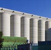 Silos di grano contro cielo blu Immagini Stock Libere da Diritti
