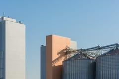 Silos di grano per i prodotti di stoccaggio degli alimenti in un mulino moderno fotografia stock libera da diritti