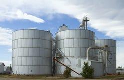 Silos di grano sotto le nuvole Fotografie Stock Libere da Diritti