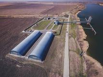 Silos di stoccaggio del grano ed elevatore di grano al porto Fotografia Stock