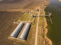 Silos di stoccaggio del grano ed elevatore di grano al porto Immagini Stock