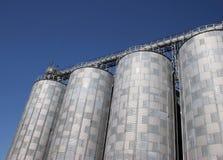 Silos an einer Getreidemühle Lizenzfreie Stockbilder