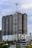 Silos en la refinería de petróleo Foto de archivo libre de regalías