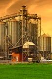 Silos industriales, cielo de la puesta del sol Imagen de archivo
