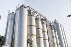 Silos industriales en la industria química Imagen de archivo