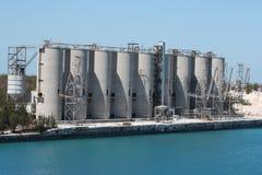 Silos industriels par le port Photos libres de droits