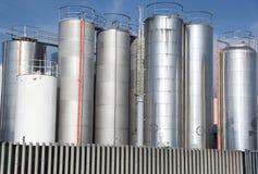 Silos metálicos de una fábrica de productos químicos Fotos de archivo