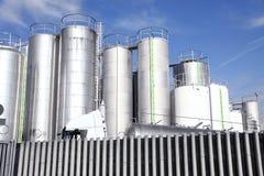 Silos metálicos de una fábrica de productos químicos Imagenes de archivo