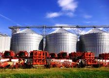 Silos modernes et machines agricoles Photo stock