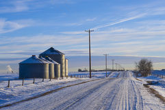 Silos nahe Landstraße im Winter Stockfoto